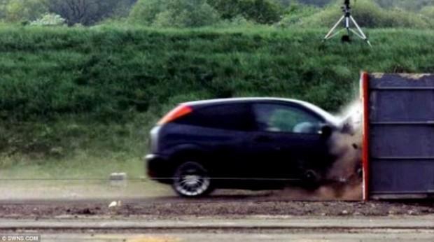 تجربة إصطدام سيارة بالصور