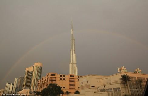 أجمل الصور لصاعقة تضرب برج خليفة بدبي 49809_78518.jpg