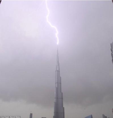 أجمل الصور لصاعقة تضرب برج خليفة بدبي 121622.jpg