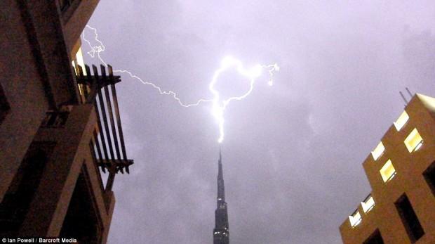 أجمل الصور لصاعقة تضرب برج خليفة بدبي 83536_41671.jpg