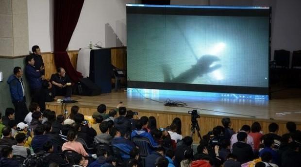 صرخات ركاب الكورية ... في فيديو عثر عليه مع جثة طالب غريق _74328859_74328858.j